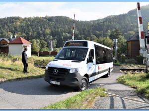 Andělská Hora o jedinou autobusovou zastávku nepřijde. Problém vyřešily speciální autobusy