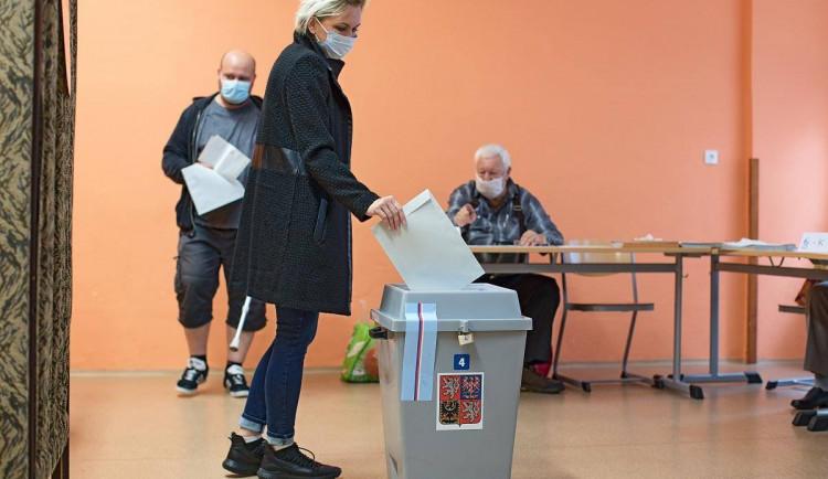 VOLBY 2020: Začal druhý den hlasování, odvoleno má asi čtvrtina lidí