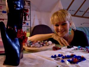 (NE)OBYČEJNÍ: Recyklace trochu jinak. Liberecká umělkyně vyrábí šperky z PET lahví