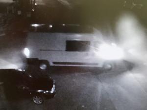 V Mníšku našli tělo muže. Policisté hledají řidiče bílé dodávky