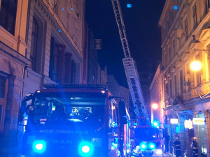 V Pražské v noci hořelo. Oheň v bytě uvěznil dva lidi