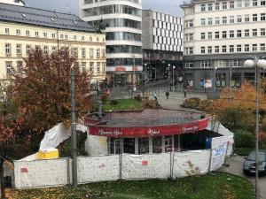 Park, strom, pítko i lavičky. Začala demolice kulatého stánku na Soukeňáku