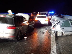 Hromadnou nehodu na D10 u Svijan způsobili dva mladíci. Pod mostem zapálili pneumatiky