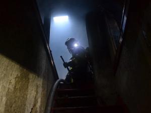 Před požárem v Desné zachraňovali hasiči čtyři lidi