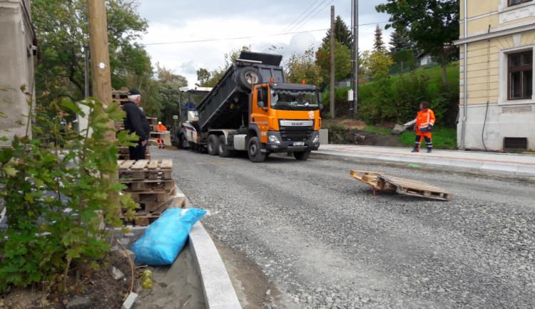 Rekonstrukce silnice přes Oldřichov se protáhne až do prosince. Firma nemá kvůli koronaviru dost lidí