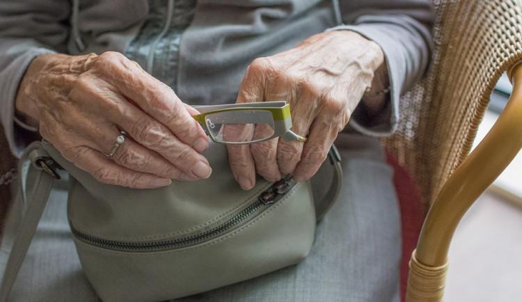 Skype i WhatsApp pomáhají seniorům v domovech zůstat v kontaktu s rodinou