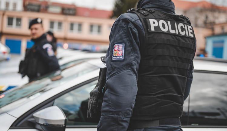Řidič tmavého auta v Jablonecké ulici na přechodu srazil dívku a ujel. Hledá ho policie