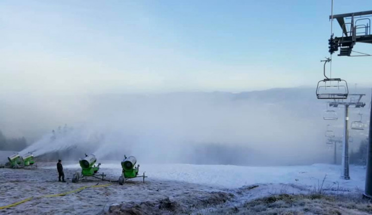 Ve Skiareálu Ještěd využili mrazů a pustili sněhová děla
