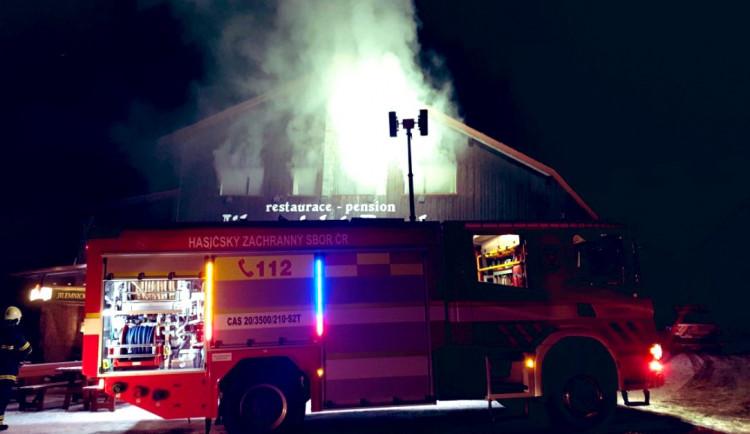 V Horních Mísečkách hořela Jilemnická bouda. Na místě zasahovalo několik jednotek hasičů