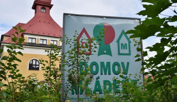 Bývalý intr v Zeyerovce slouží pro ubytování bezdomovců s koronavirem. Leží tam dva