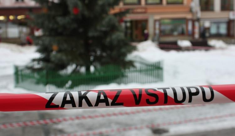 V Jablonci kvůli silnému větru uzavřeli Mírové náměstí s vánočním stromem