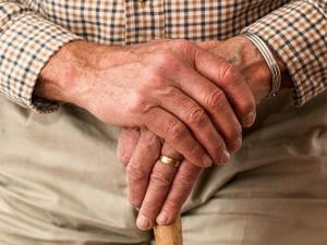 Testování v domovech pro seniory v sobotu neskončí