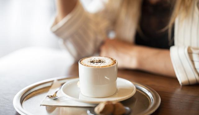 KOMENTÁŘ: Restauratéři v roli prince bojujícího proti sani. Kafe neprodají, ale darují