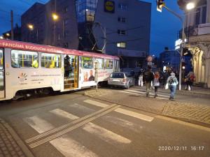 Nehoda na Fügnerce. U bývalého Plauditu se srazilo auto s tramvají
