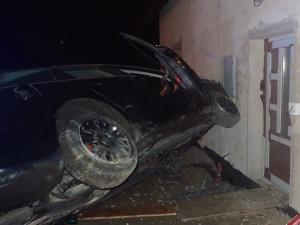 Auto u Dolánek nad ránem narazilo do domu. Čtyři zranění