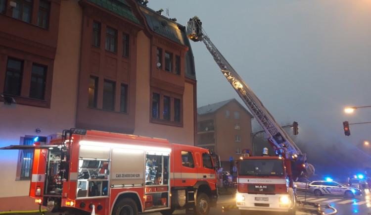 Ve Vrkoslavicích hasiči evakuovali kvůli požáru domu deset lidí