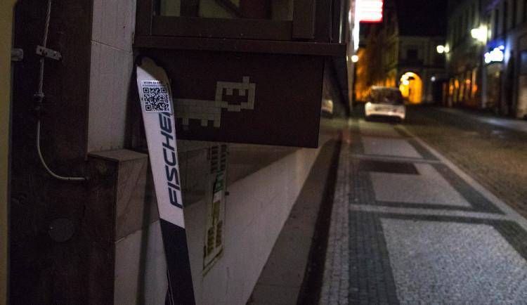 Někdo rozházel po Liberci lyže s QR kódem. Na vandaly to ale nevypadá