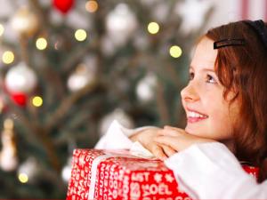 Češi letos podle průzkumu plánují kupovat méně dárků než loni