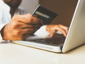 Na dobírku a jen z ověřených e-shopů. Policisté varují před nákupy na internetu