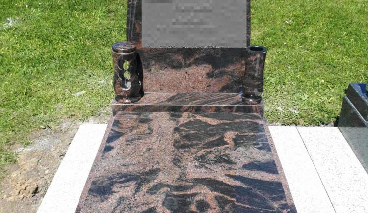 Zlodějům není svatý ani hřbitov. Ukradli náhrobní kámen i desku, hrozí jim 8 let ve vězení