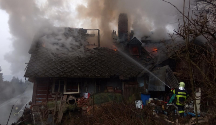 Požár ve Víchové způsobil půlmilionovou škodu. Příčina je v šetření