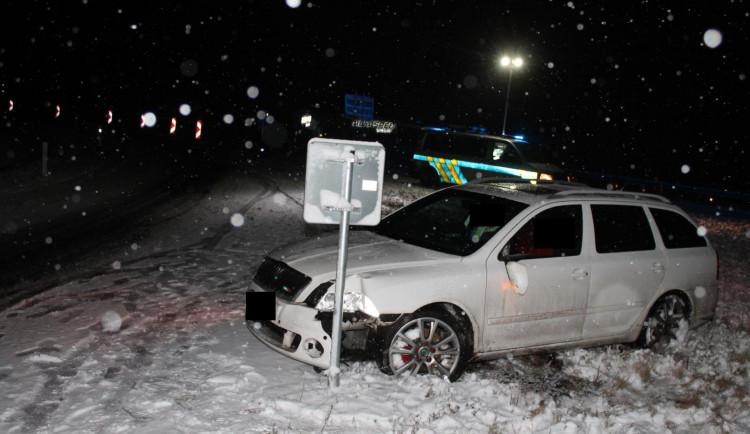 Řidič nezvládl průjezd táhlou zatáčkou u Rychnova. Vyjel ze silnice a zastavil se o značku