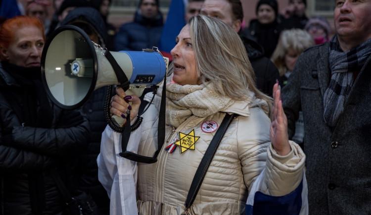 Radnice odvolala Lenku Tarabovou z pozice seniorské ombudsmanky. Byla jedním z demonstrantů s židovskou hvězdou