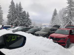 Policie ráno opět uzavřela příjezdy do Bedřichova kvůli náporu turistů