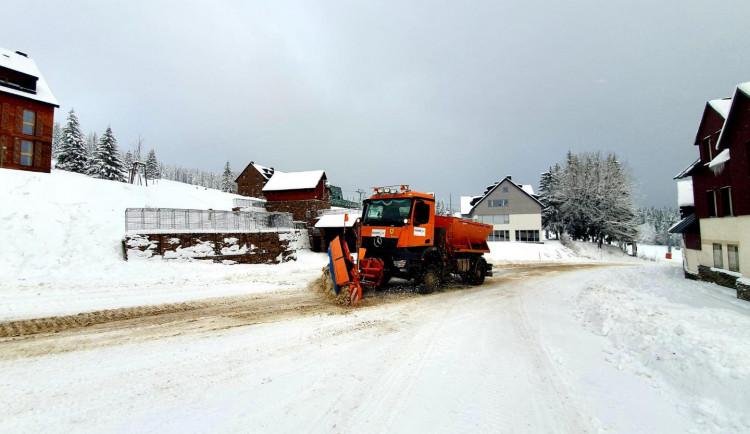 Přijdou další přívaly sněhu. Silničáři uzavřou pro nákladní auta silnici z Tanvaldu na Harrachov