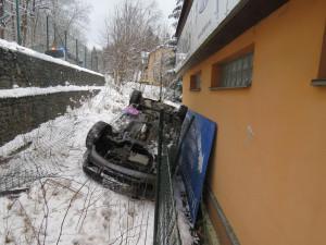 Dvě nehody na stejném místě. V jablonecké Podhorské ulici skončila auta mimo silnici