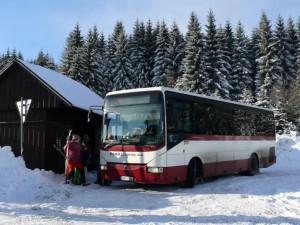 O víkendu vyjede do Bedřichova víc autobusů. Cílem je snížit počet osobáků