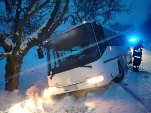 Popadané stromy i vyprošťování autobusu. Sníh dává hasičům zabrat