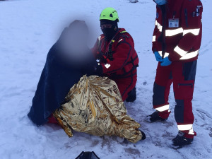 Na Mácháči se pod mužem prolomil led. Vytáhli ho kolemjdoucí