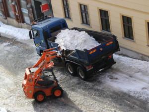 V Jablonci začali odvážet sníh z ulic, už ho není kam odhrnout