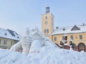Na jilemnické náměstí po roční pauze dorazil Krakonoš. Sněhovou sochu opět vytvořil výtvarník Josef Dufek