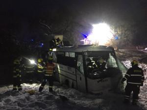 Nehoda autobusu u Brniště. Vyjel ze silnice a převrátil se přes střechu