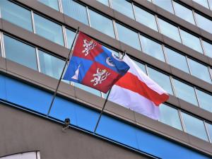 Vyvěšenou vlajkou Běloruska vyjadřuje kraj solidaritu s oběťmi brutálních represí