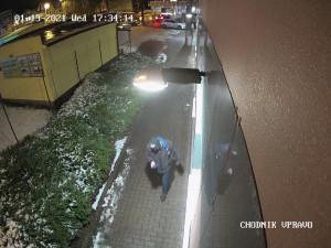 Policie hledá svědka násilného trestného činu. Zveřejnila jeho fotku i video
