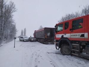 Husté sněžení komplikuje dopravu. Problémy mají kamiony i osobáky
