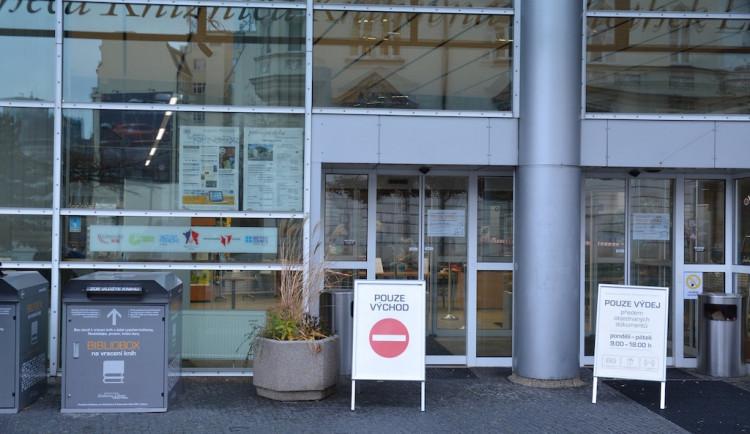 Liberecká knihovna spustila výdejní okénko, knihy je nutné si zarezervovat