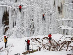 Umělá ledová stěna v Mlýnské ulici je otevřená. Vydržet by měla i pár dnů oblevy