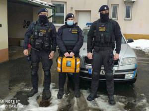Policisté zachránili život muži po kolapsu. Použili přenosný defibrilátor