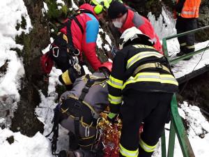 Chlapec spadl na Riegrově stezce z deseti metrů. Letěl pro něj vrtulník