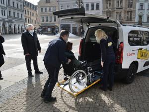 K lékaři i na úřady doveze seniory a invalidy Taxík Maxík v novém voze