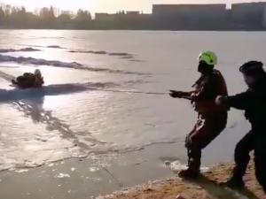 Na jablonecké přehradě se muž propadl do vody. Na břeh ho dostali hasiči