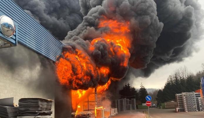 V Chrastavě hořelo v průmyslovém areálu, zítra začne vyšetřování