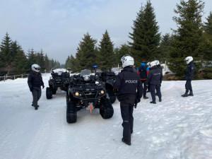 Policisté vyrazili do nitra Jizerek. Na čtyřkolkách kontrolovali běžkaře, sklidili vlnu kritiky