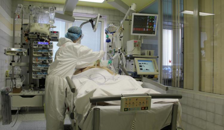 Koronavirem v Libereckém kraji za rok onemocněl každý sedmý