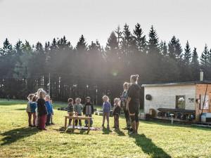 Lesní školka Muhu je v lecčem jiná. Děti jsou celý den venku, voda a elektřina nejsou samozřejmost