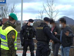 Policisté na stanovišti u Nového Boru v osobáku našli tři nelegální migranty ze Sýrie